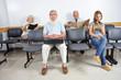 Leute im Wartezimmer beim Arzt
