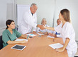 Arzt begrüßt neue Mitarbeiterin im Team