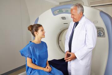 Arzt erklärt Patient MRT im Krankenhaus