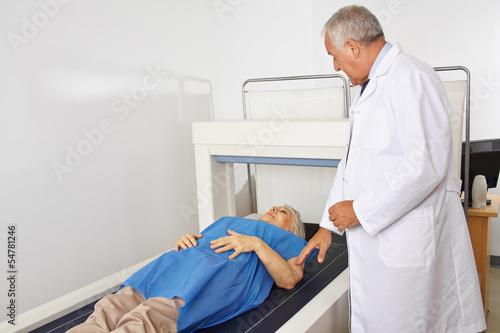 Arzt macht Osteodensitometrie in Radiologie
