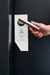 Bitte nicht stören Schild an einer Zimmertür im Hotel
