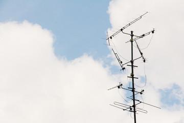 alte Fernsehantenne vor bewölktem Himmel