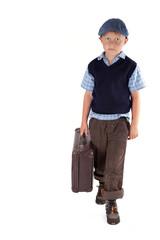 trauriges Kind mit Koffer