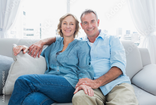 Poster Middle aged couple relaxing on the couch