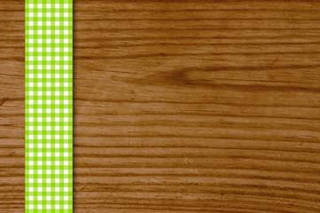 Holzbrett mit grün-weißem Tiaschdeckenstreifen