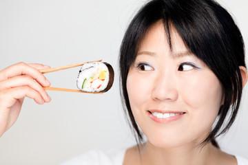 Asiatin beim Sushi essen