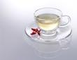 Weißer Tee mit roter Blüte