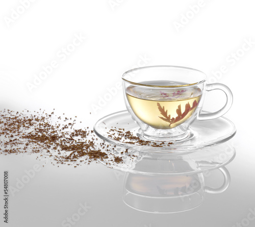 Weißer Tee mit roter Blüte und Dekoration