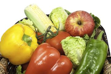 frutas y verduras en una cesta de mimbre