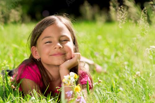 canvas print picture Entspannt lächelndes Mädchen auf grüner Wiese