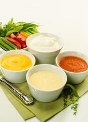 Dips mit Gemüsesticks und Kräutern