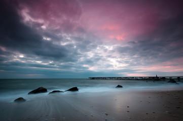 Plaża fioletowe niebo wschód słońca