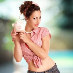 Frau zeigt ihr Sparschwein