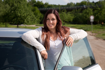 Junge Frau am Auto