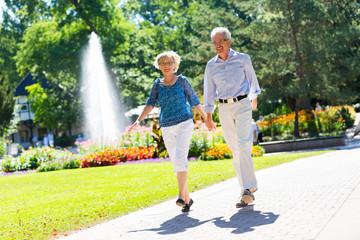 Älteres Paar hüpft vor Freude