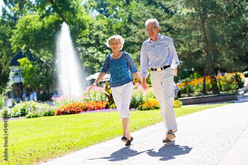 canvas print picture Älteres Paar hüpft vor Freude