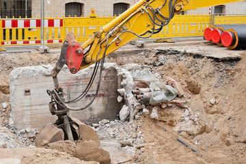 Abbrucharbeiten an einem alten Betonschacht und Fundament