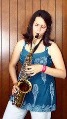 suonatrice si sassofono