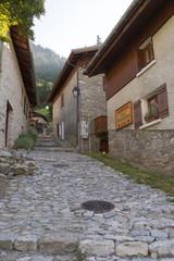 Ruelle pavée dans le vieux hameau