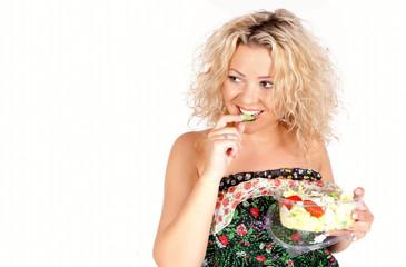 Frau ißt eine Salat