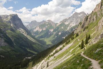 Sentier balcon du Bochor en montagne