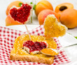 Sommerlicher Frucht-Genuss: Marmeladenbrot in Herzform