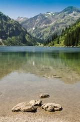 Stein im See und Berg