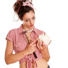 Frau mit Hammer streichelt ihr Sparschwein