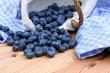Blaubeeren im Körbchen mit blauen Tuch