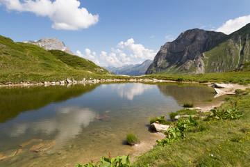 Lac de chalet-clou en montagne