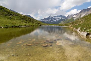 Reflets sur le lac de chalet-clou en montagne