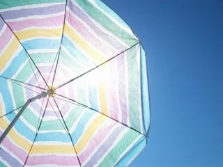 Sonnenschirm vor strahlend blauem Himmel