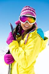 Frau mit Ski