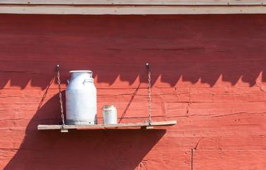 Milchkannen vor rot gestrichener Stallwand, Schweden