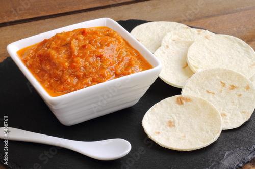 Salsa de verduras con pan de pita, ajvar