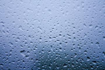 雨の降っている窓辺