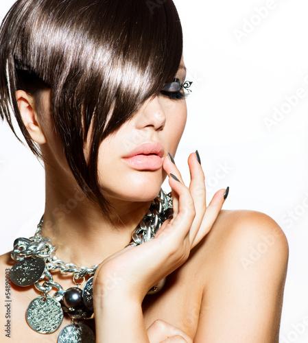 moda-glamour-piekna-dziewczyna-ze-stylowa-fryzure-i-makijaz