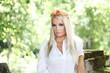Blonde Frau mit Blumen im Haar
