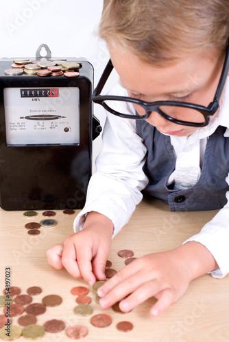 Kleriner Junge zählt Strompreise