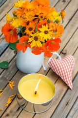 Sommerblumen mit Kerze und Herz