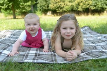 Lächelnde Schwestern im Park