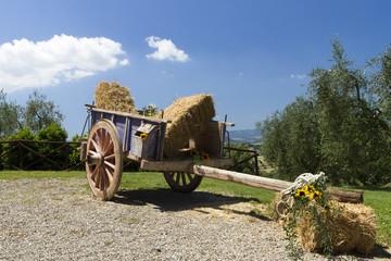 antico carro in un agriturismo della campagna toscana