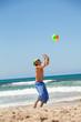 erwachsener junger sportlicher mann spielt beachvolleyball