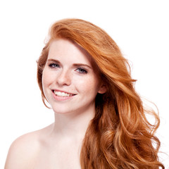 attraktive junge frau mit roten haaren und sommersprossen