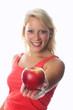 Blonde Frau zeigt Apfel