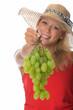 Blonde Frau mit  Weintrauben