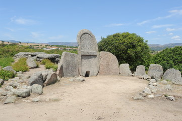La tomba dei giganti di S'ena e Thomes sull'isola di Sardegna