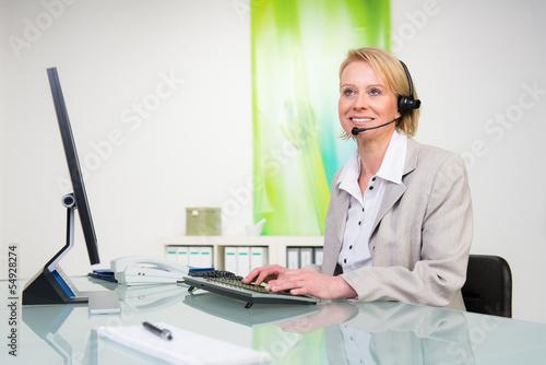 frau nimmt telefonische bestelllung auf