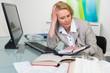 businessfrau schaut besorgt in terminkalener
