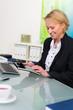 businessfrau kalkuliert die finanzen